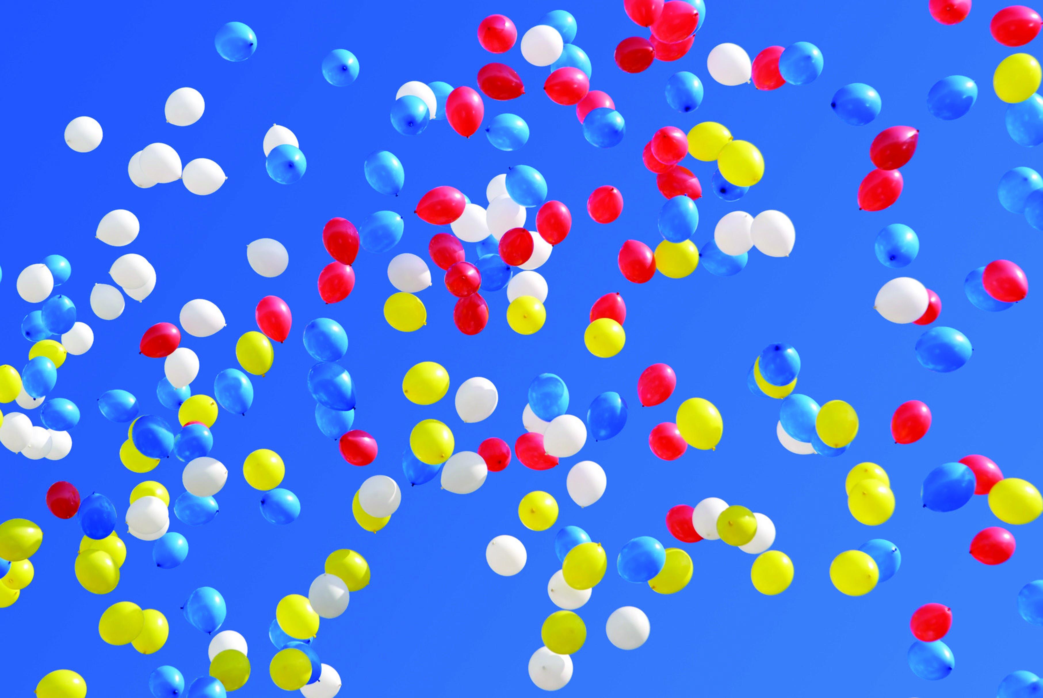 Разноцветные шары летящие в небе. Праздничный фон.
