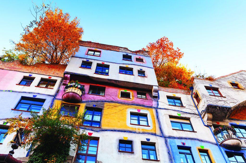 Фрагмент фасада дома Хундертвассера. Вена. Австрия