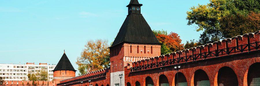 Город Тула. Дорожка ведущая к Пятницкой башни Тульского кремля на фоне голубого неба осенью