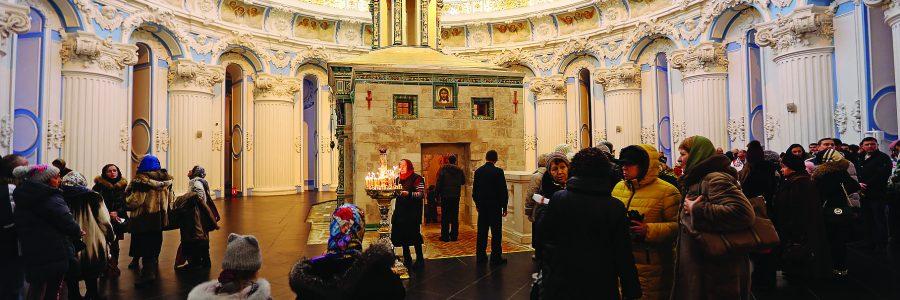 Прихожане у часовни Гроба Господня в Воскресенском соборе Новоиерусалимского монастыря, Истра, Московская область
