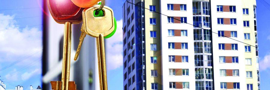 Ключи от квартиры на фоне нового жилого дома