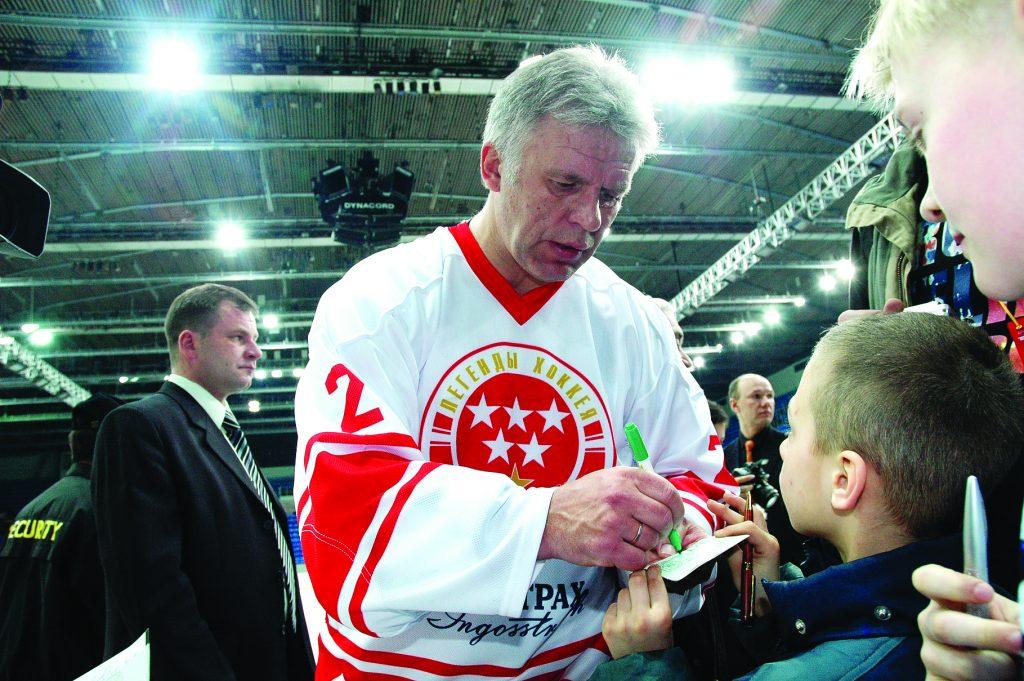 Председатель Госкомспорта России, хоккеист Вячеслав Фетисов дает автограф юным спортсменам