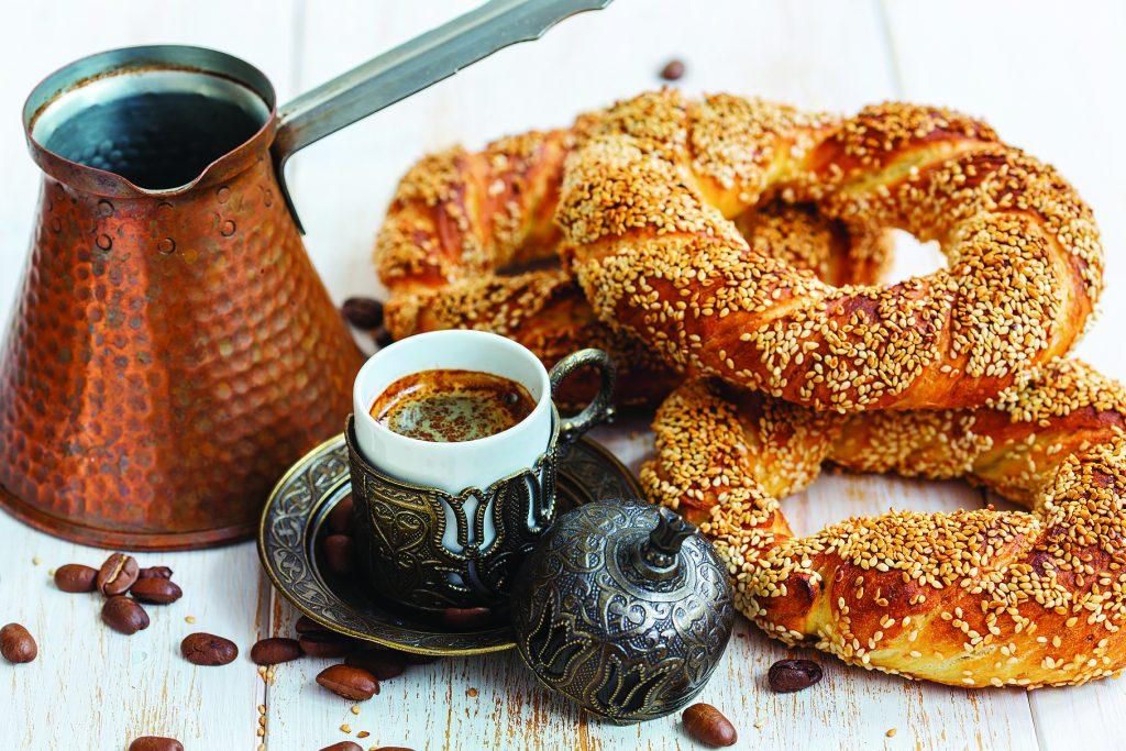 Завтрак с черным кофе и турецкими бубликами