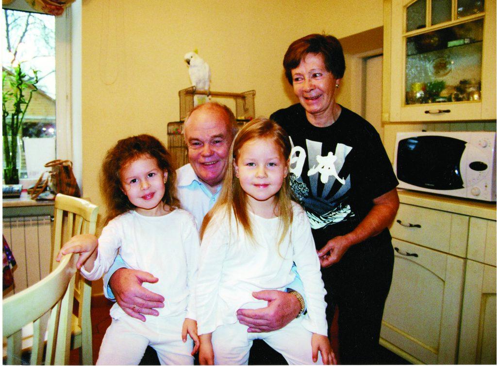 С внучками Ветой и Катей, 2005г