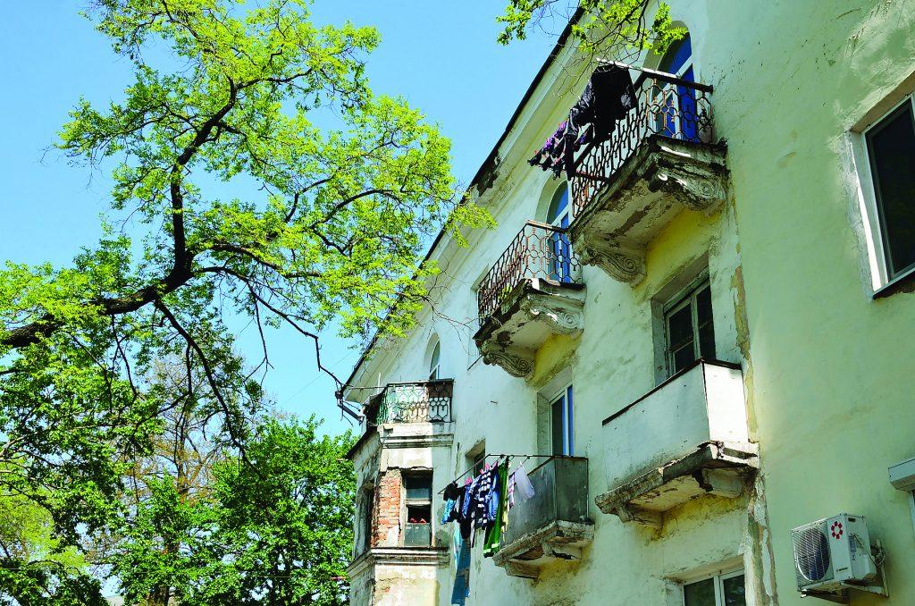 Старый дом на улице Борисенко во Владивостоке весной
