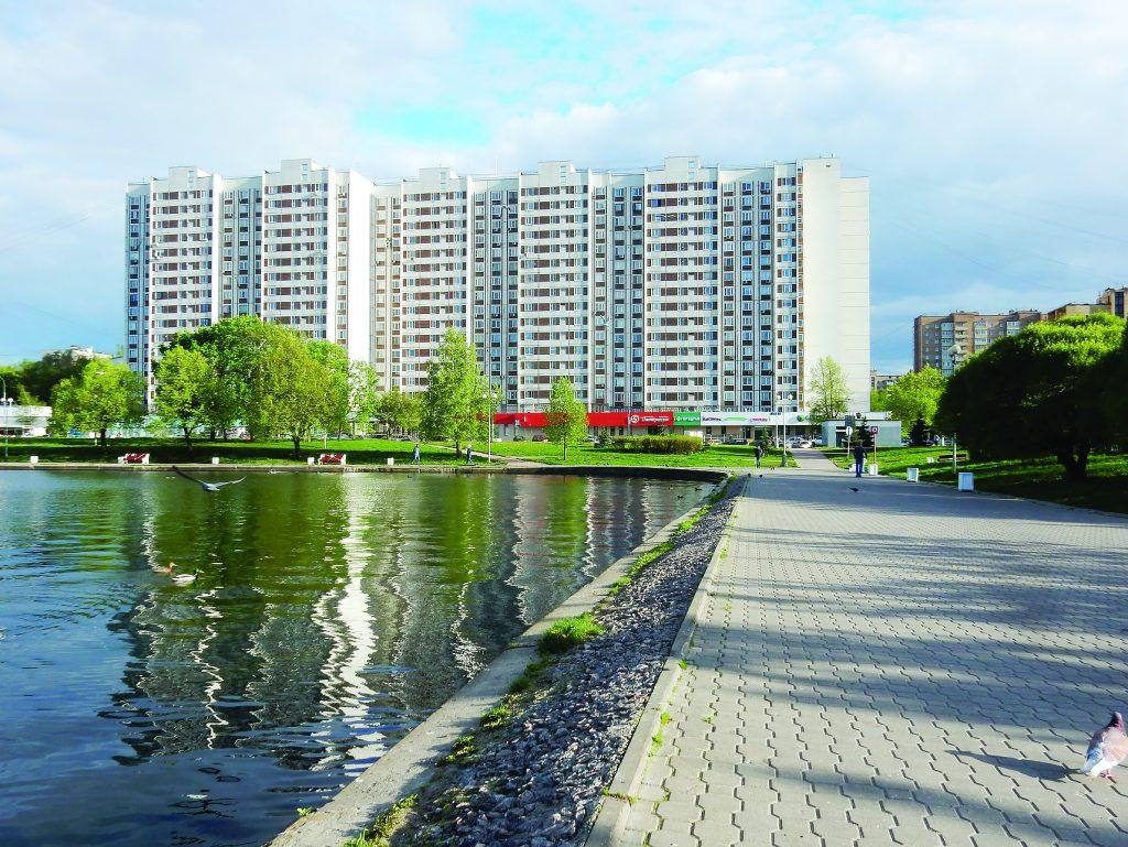 Семнадцатиэтажный семиподъездный панельный жилой дом серии П-44, построен в 1995 году. Алтайская улица, 4. Район Гольяново. Город Москва