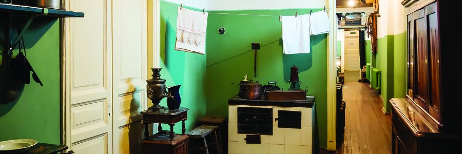 Интерьер кухни и коридора мемориальной квартиры Анны Ахматовой в Фонтанном доме, город Санкт-Петербург