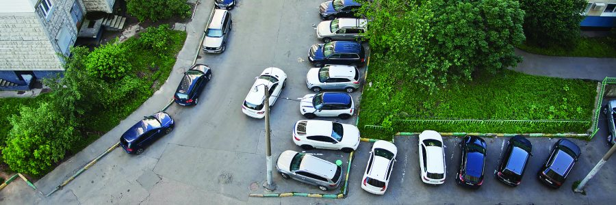 Машины, припаркованные во дворе в Москве